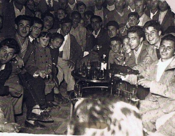 Jóvenes en el Bar Central de Tesorillo. Año 1951. Ediciones OBA.
