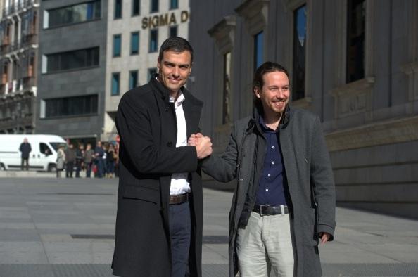 Pedro Sánchez y Pablo Iglesis, en un partido de baloncesto que se quedó en el precalentamiento