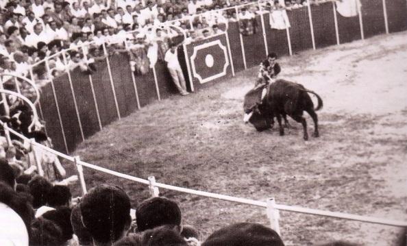 Carlos Corbacho entrando a matar a su primer toro. 17 de agosto 1961. Fuente: Tiojimeno.
