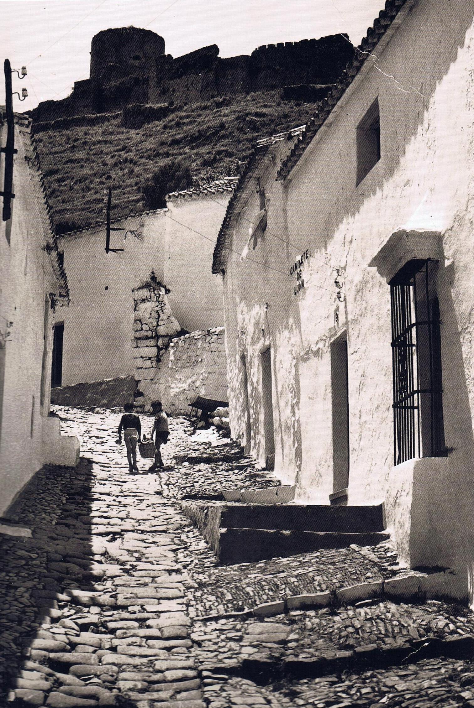 Acceso al Castillo a través de la calle Caminete de Luna. Fuente: Ediciones OBA.