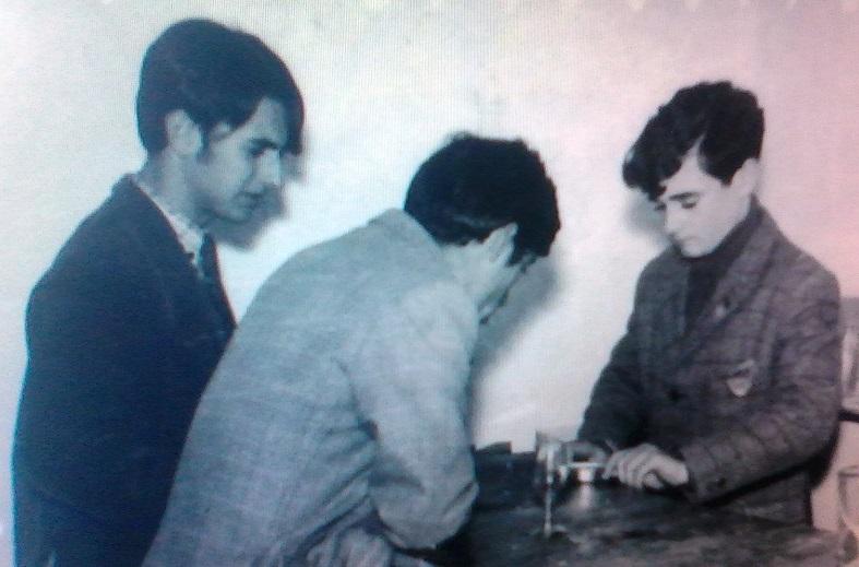 En la barra del club Los Boys Scouts, J Ignacio Trillo, de espaldas, José Luis Luque, y Miguel Trillo que está abriendo una lata de conserva de anchoas. Diciembre 1967. Foto propia.