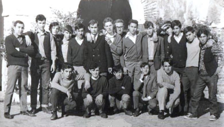 Clubes Los Boys Scouts y Los Soñadores en el patio de la iglesia del barrio de arriba junto al cura. Foto: Paco Sprint.