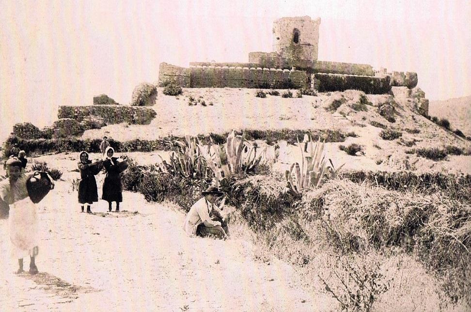 Mujeres en el Castillo para llenar los cántaros de agua en sus aljibes. Fuente: Tiojimeno