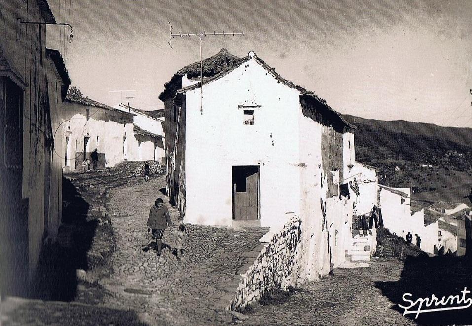 Cruce de las calles Yustos con Sol por donde subí y bajé al Castillo. Año 1960. Fuente: Ediciones OBA