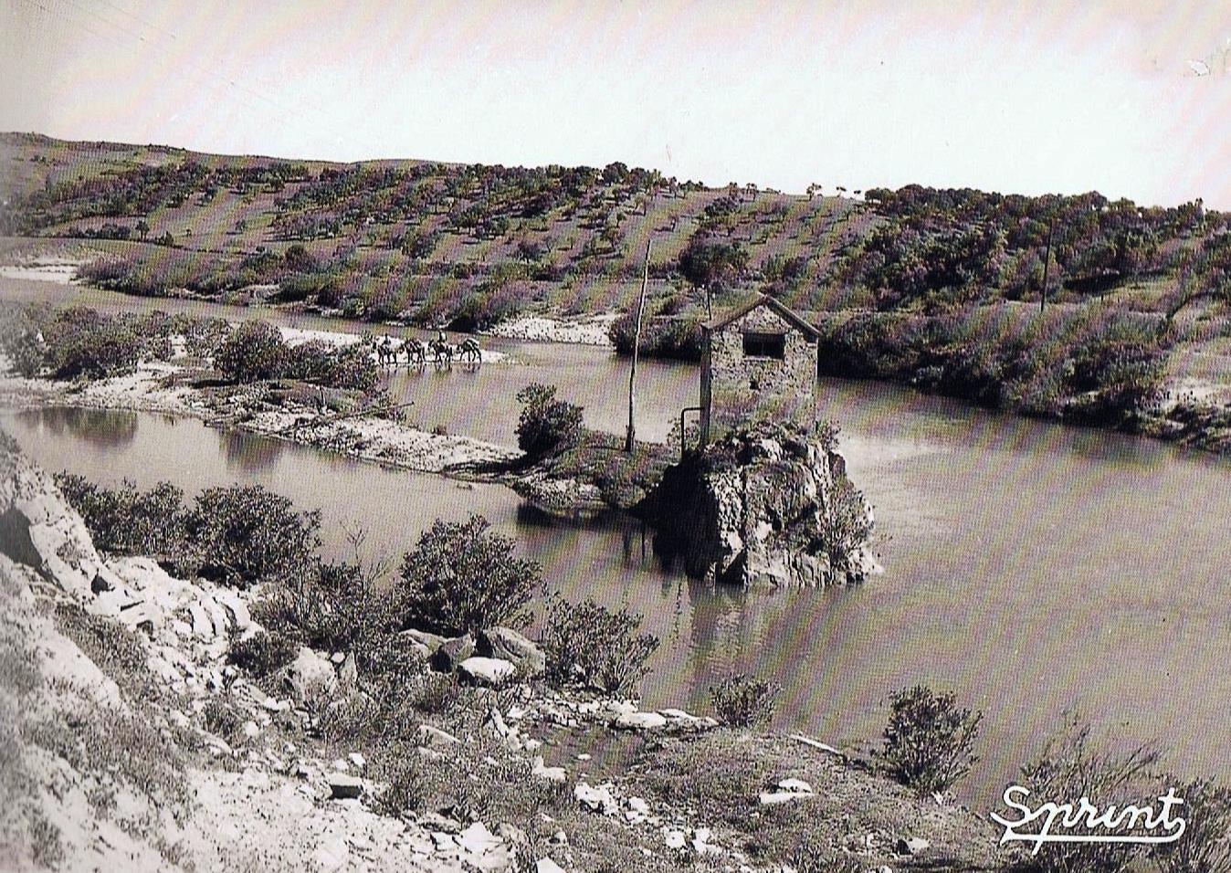 La Tosca, sobre el río Hozgarganta, formando parte del complejo hidráulico para la captación de agua para La Fábrica de la Bomba. Foto Sprint. Fuente Ediciones OBA.