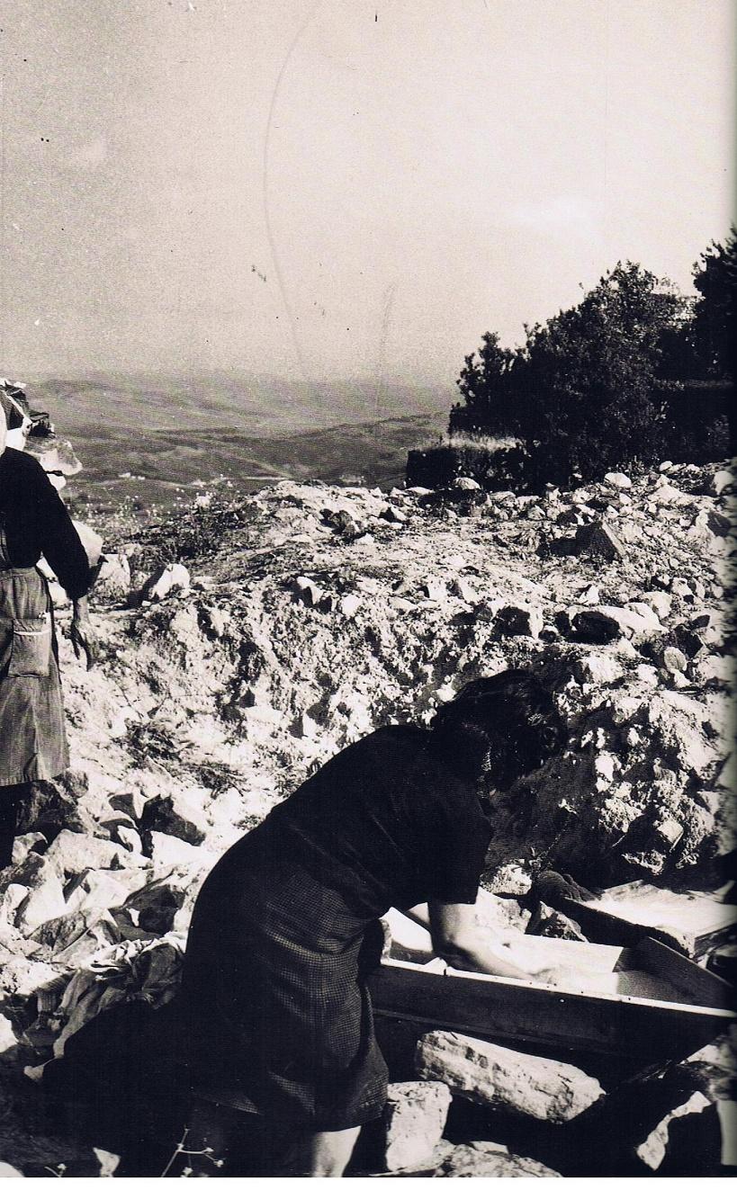 Mujeres lavando en la panera la ropa. Fuente: Ediciones OBA