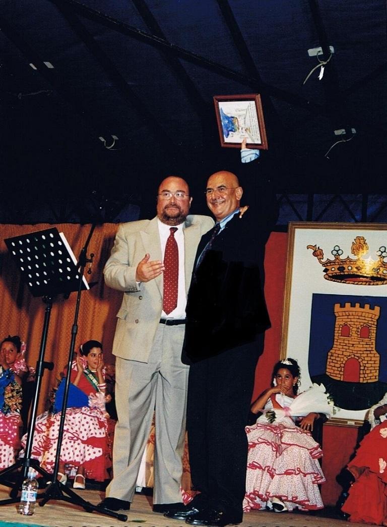 Tras el pregón, con el alcalde, Ildefonso Gómez Ramos, dando las gracias al público entusiasta que tan gratamente me acompañó. 14.08.2003. Foto propia.