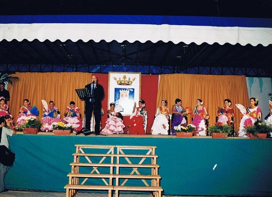 Comenzando el pregón acompañado de las Reinas y Damas de la feria de agosto 2003. Foto propia.