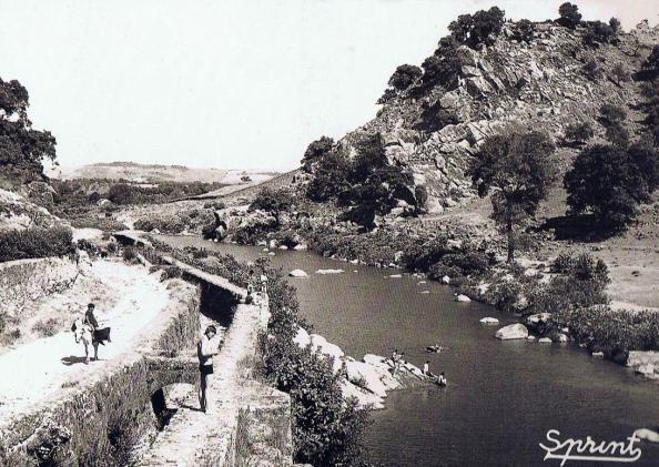 Charco Tío Quiñones del río Hozgarganta. Paralelo la obra hidrológica para la conducción de agua a la fábrica de la bomba.Fuente: Ediciones OBA.