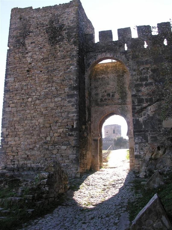 Torre del Reloj o Torre de Albarrán, entrada al complejo fortaleza de jimena. Al fondo la Torre de Homenaje. Fuente: Web oficial