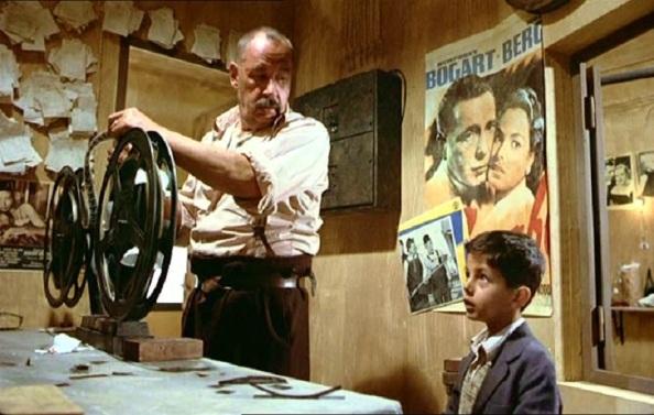 """Escena de la película """"Cinema Paradise"""" donde el niño Toto se hace tan amigo del proyector de películas Alfredo, parecida a mi relación con Gonzalo"""