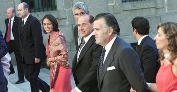 La famiglia. Silvio Berlusconi con Luis Bárcenas en la boda de Anita Aznar botella