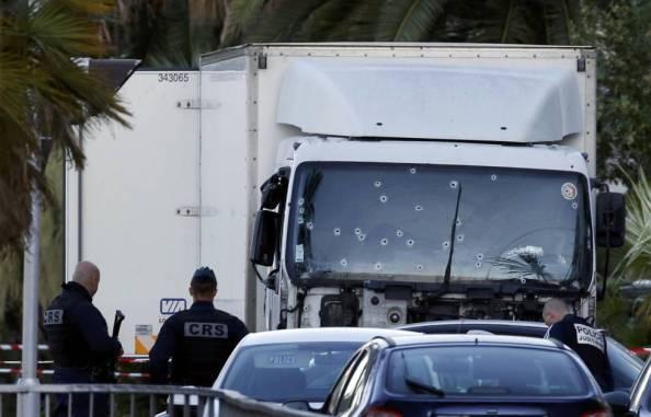 El camión que fue ametrallado y su conductor muerto