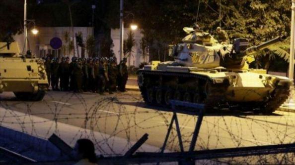 Primeros momentos de salidas de los tanques golpistas en Estambul