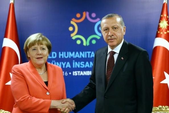 El vergonzo de dudosa legalidad que firmó la UE con Turquía para impedir o hacer regresar a los refugiados que huían de las guerras en la zona