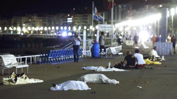 Muertos y heridos sobre el asfalto tras ser aplastados por el camión terrorista