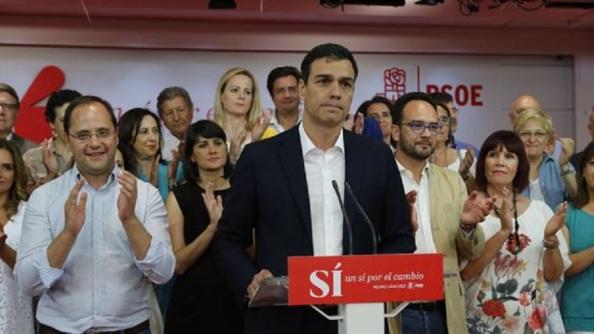 Pedro Sánchez la noche del 26-J, con la cara desencajada en los peores resultados del PSOE, y donde tiene que hacer frente a la baronía, veteranía y susanismo de recambio y encima qué hacer ante una investidura de Rajoy.
