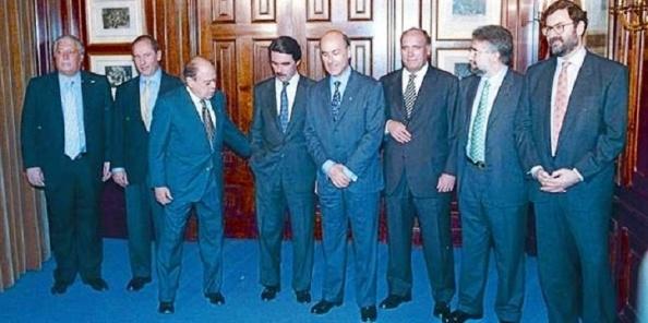 Rajoy intenta reeditar lo que su maestro Aznar hizo en 1996: pasar de Pujol enano habla en castellano, aquí, España se rompe, a hablar catalán en la intimidad.