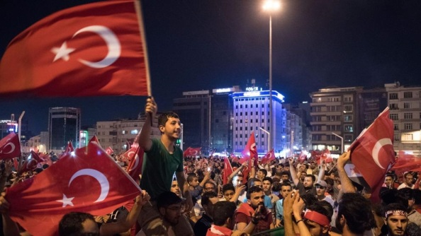 Los simpatizantes de Erdogn que se tiraron a las calles obedeciendo su llamamiento y el de los imanes.