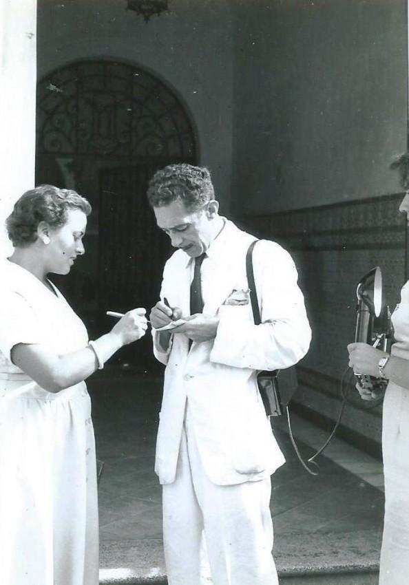 Antonio Gómez Pabón entrevistando a Montserrat Tresserras, nadadora que cruzó el Estrecho en 1957