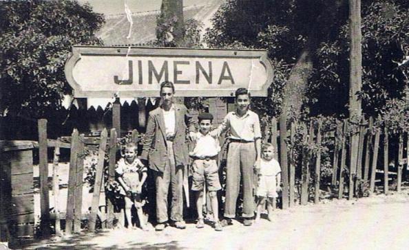 Letrero en el andén de la Estación. Paco Moya Herrera y familia. Ediciones OBA.