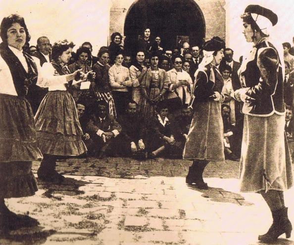 Patio interior de la entrada al Convento. Baile de la Jincaleta. Novena de 19559. Ediciones OBA.
