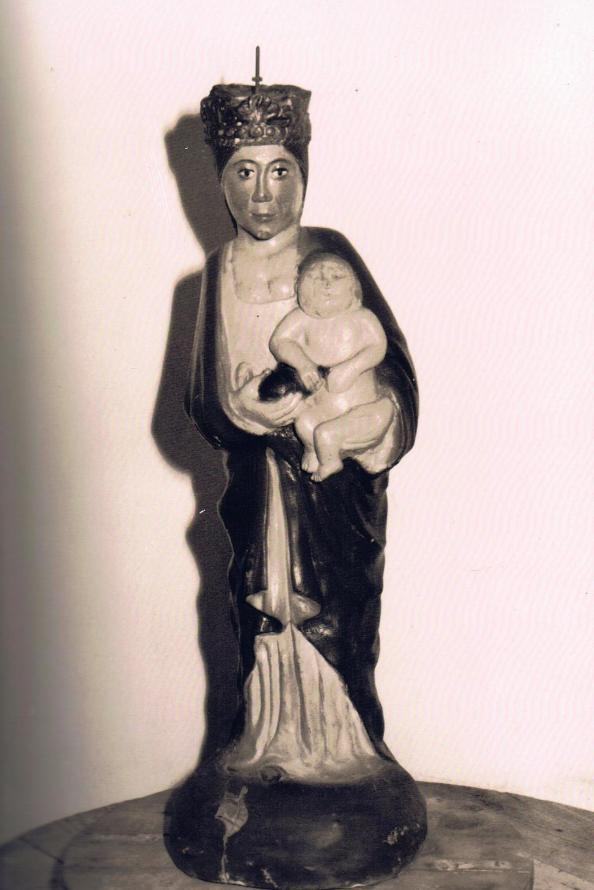 La primitiva talla de la Virgen de los Ángeles con el niño antes de que fuera dañada