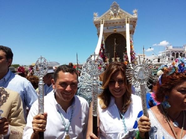 Susana Díaz, rodeada de masas devotas del Rocío