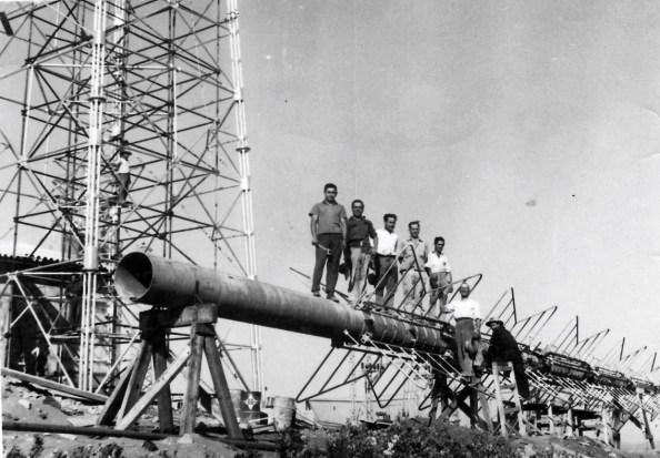 Construcción de la torre antena de televisión en la sierra de Hamapega de Guadalcanal Sevilla) Julio 1951. Fuente: Asociación Cultural Benalixa Guadalcanal