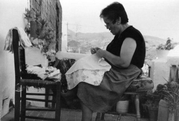 """María García, """"la del televisor"""", concentrada con su costura en su terraza."""