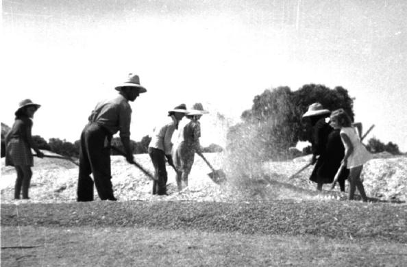 Venteando el cereal en la era donde se había trillado el trigo