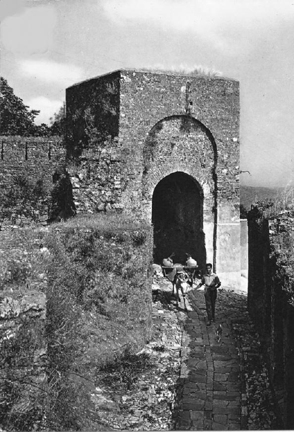Acarreo de agua potable a los habitantes del Castillo transportados los cántaros en mulos.