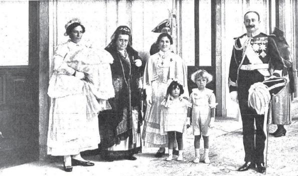 La ligazón entre la Casa Real bajo el reinado de Alfonso XIII y la Casa Ducal de Medinaceli, dueña, entre sus múltiples propiedades, de Castellar y La Almoraima, era tal que esta foto del XVII Duque de Medinaceli, Fernández de Córdoba, está tomada en 1917 en el Palacio Real, día en que, junto a su primera esposa, Ana María Fernández de Henestrosa, fue bautizada la primera hija del Duque, María Victoria Fernández de Córdoba y Fernández de Henestrosa, cuyo nombre responde al mismo de la Reina.