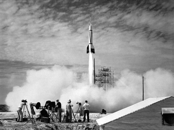 Lanzamiento por la NASA desde el Cabo Cañaveral el primer satélite con destino al espacio iniciado al comienzo de la década de los cincienta y a mitad de la misma se anunció su impulso para llevar tripulaciones de personas al espacio.