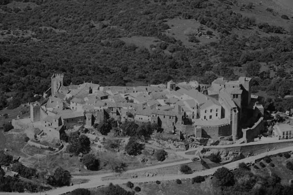 El Castillo de Castellar y el pueblo en el interior de su recinto fue declarado en 1963 Monumento Nacional