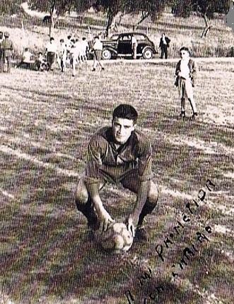 Año 1954. Dos años antes de que se formalizaba el clubb, el delantero, Alfonso López Sarrias, ya jugaba en el misma superficie sobre la que se haría el campo de fútbol de El Cañaveral. Fuente: Ediciones OBA