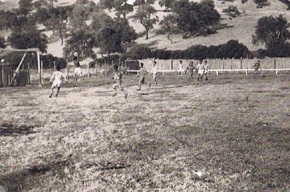 El campo de fútbol El Cañaveral cuando lo estaban cercando con cañizos. Un entrenamiento. fuente: Ediciones OBA.