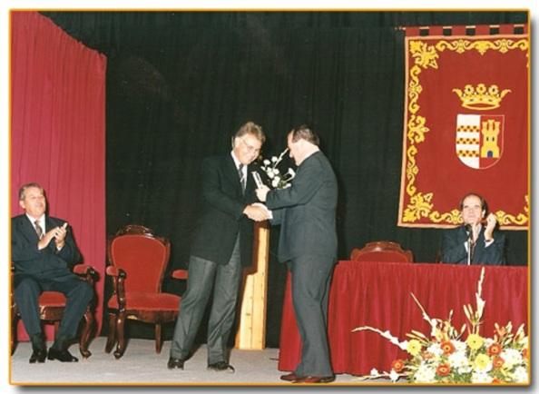 Felipe González recogiendo del entonces alcalde de Castellar, Francisco Vaca García, la medalla de oro y el titulo de hijo adoptivo de Castellar que le fue otorgado el 28 de febrero de 1981 y que por problema de agenda no pudo recoger hasta este momento ya en el 12 de diciembre año 1999