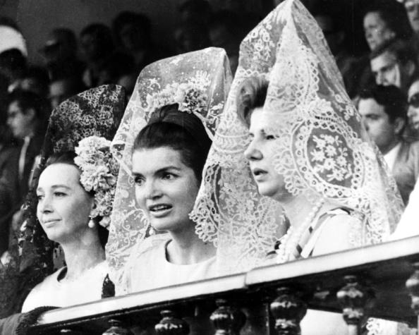 La influyente Duquesa de Medinaceli, María Victoria que nunca asumió la pérdida de los bienes de Castellar Jackie Kennedi y la Duquesa de Alba en corrida del domingo de Resurrección en la Maestranza de Sevilla.