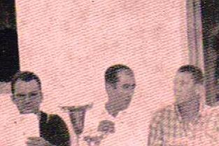 Fernando Matute, con camisa a cuadro, a la derecha, en el centro el entonces alcalde de Castellar, Antonio Cruces, Pérez, que había sustitido al que figuraba en 1960 cuando asistí a la cerreda, Antonio Fernández. Y a la izquierda el secretario del ayuntamiento. Sobre la mesa la copa del trofeo para el ganador del tiro al plato, del que Matute era un gran aficionado y además no se perdía una feria en Jimena para participar en esta competición