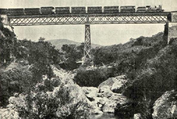 El complicado tramo ferroviario desde Jimena a Ronda , tren correo sobre el puente entre las estaciones de Gaucin y San Pablo,. Fuente: Archivo Revista Adelante