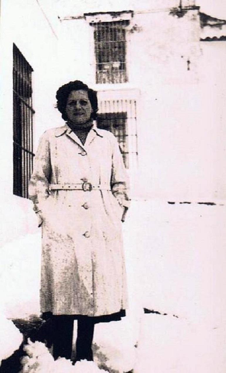 Anita Gómez Moreno con los pies enterrados en nieve. Año 1954. Ediciones OBA.