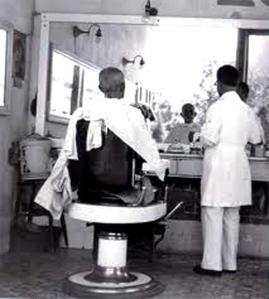 ´Barbería, el inmenso babero que cubría gran parte del cliente para que el pelo no le cayera en la ropa.