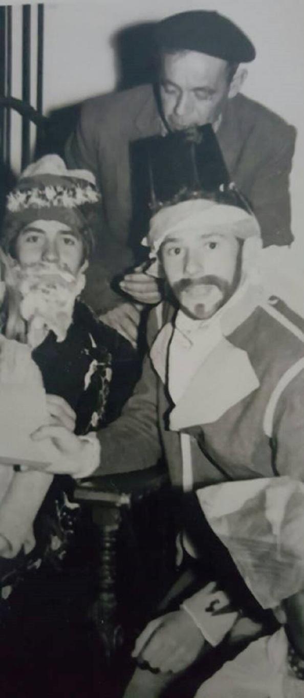Carrión entregando los regalos a los pajes y Reyes Magos del año 1967 para que se los entregara a los niños pobres. Fuente: Familia de Carrión