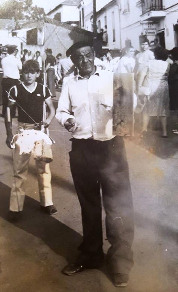 Fernando Carrión Durán, con la carcasa de cohetes para lanzarlos. Detrás José Antonio Mena que ahora es el encargado de sus chupinazos. Fuente: Maria Ángeles Carrión