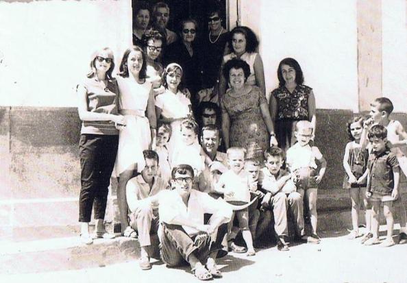 Escalones en los que se sentaba Miguel Reyes de la casa de las cuatro esquinas sonse aquó observamos la familia Gómez Sánchez que la habitaban junto s las familias Vallecillo y Mostazo. Fuente: Ediciones OBA.