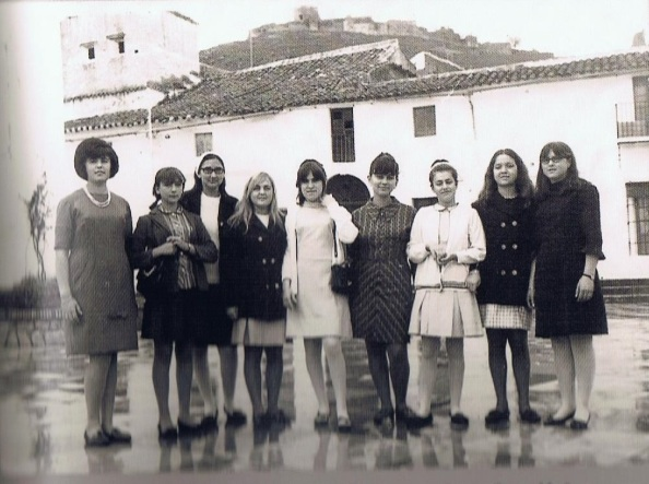 Chicas ye-ye de Jimena: Pili, Amelia Carrasco, Irene Muñoz (fallecida), Adelaida Cuenca, Eloisa Castilla, Irene Durán, Cristina Pérez, Laura Rubia y Antoñita Canto.