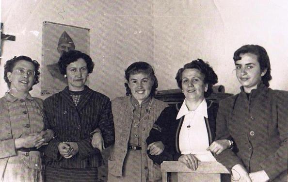 Estética de los peinados en jimenatas del año 1953. En imagen tomada en la escuela nacional, Carmen García de la Torre, María, Mari Lobillo Martínez, Julia Pérez Navarro y Carmen Montero Núñez. Fuente: Ediciones OBA.