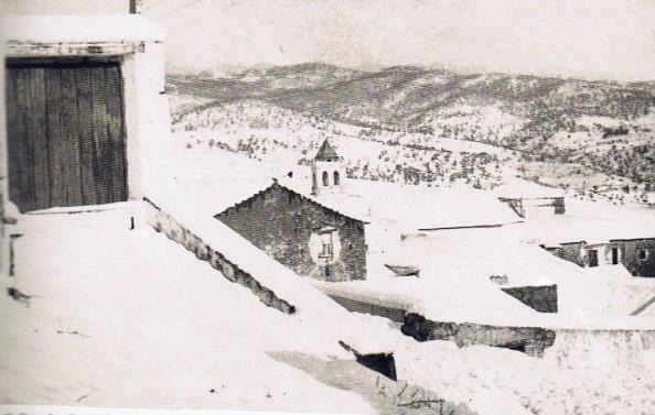 Iglesia de la Misericordia o de la Victoria. y alrededores nevado. Año 1954. Fuente: Ediciones OBA.