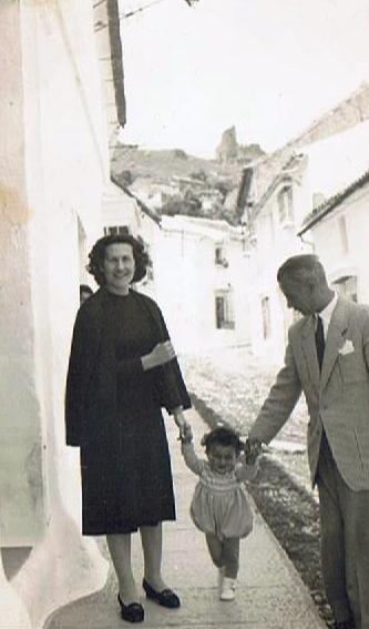 Entre mi madre y mi padre, en calle San Sebastián a pie del portal donde naci. Foto propia. Octubre 1951